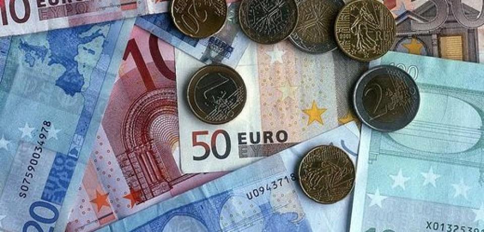 Биржи в ЕС и США ушли в минус, евро стал стоить дороже 64 рублей