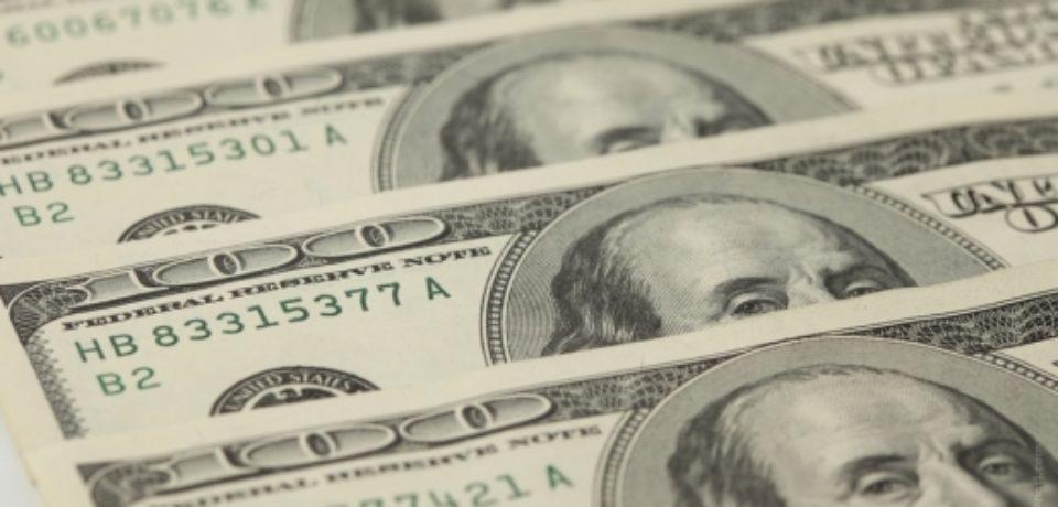 Доллар США подешевел почти на рубль