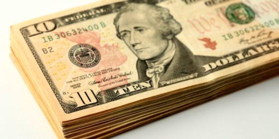 Россияне все меньше хотят хранить деньги в долларах и на валютных вкладах