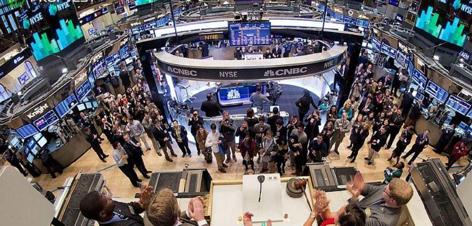 Почему фондовый рынок остается оптимистичным, когда крупные компании объявляют о рекордных убытках?